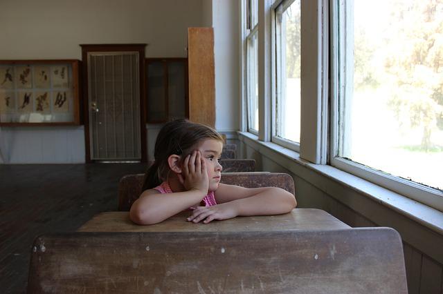 dívka v lavici