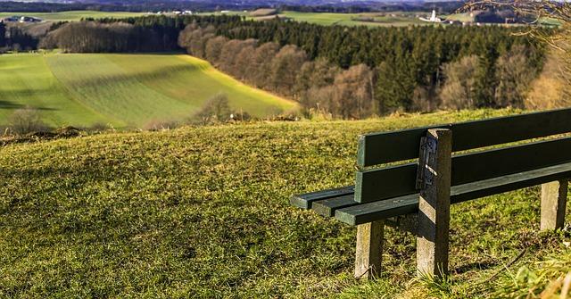 lavička nad polem