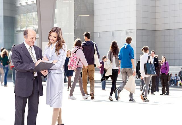 lidé před budovou.jpg