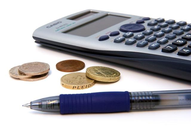 kalkulačka, pero, mince