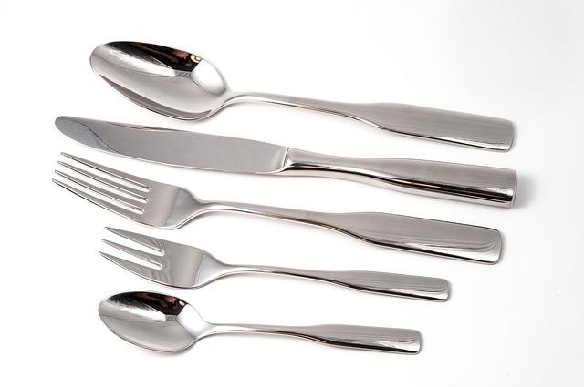 lžičky, nože, vidličky