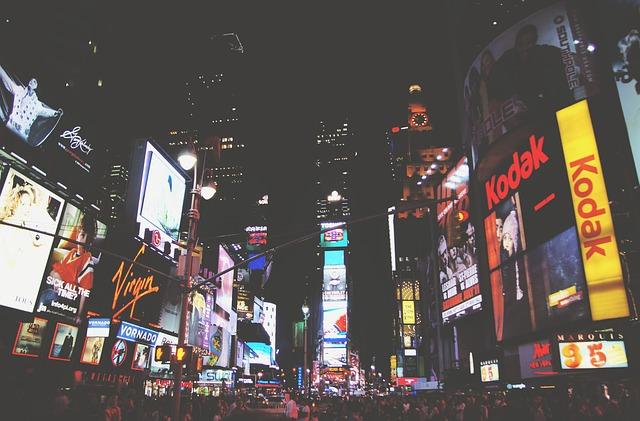 Wallstreet v New Yorku plná reklamy