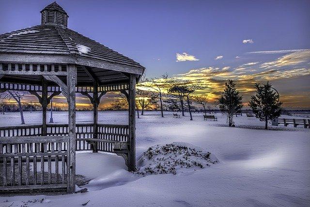 zahradní altán v zimě západ slunce